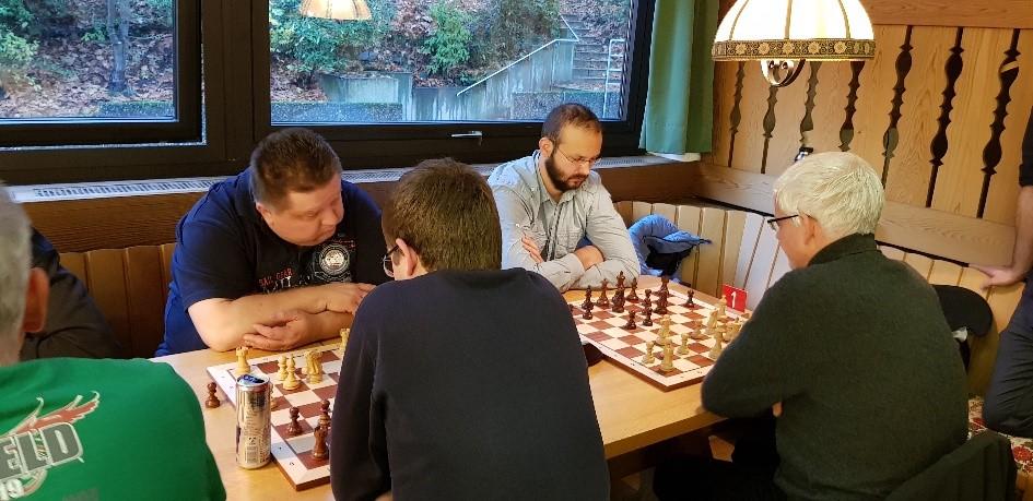 Die beiden Führenden in der letzten Runde im Fernduell: links Johann Brittner (Weiß) gegen Philipp Rölle und Oleg Yakovenko (Schwarz) gegen Ingo Bruch