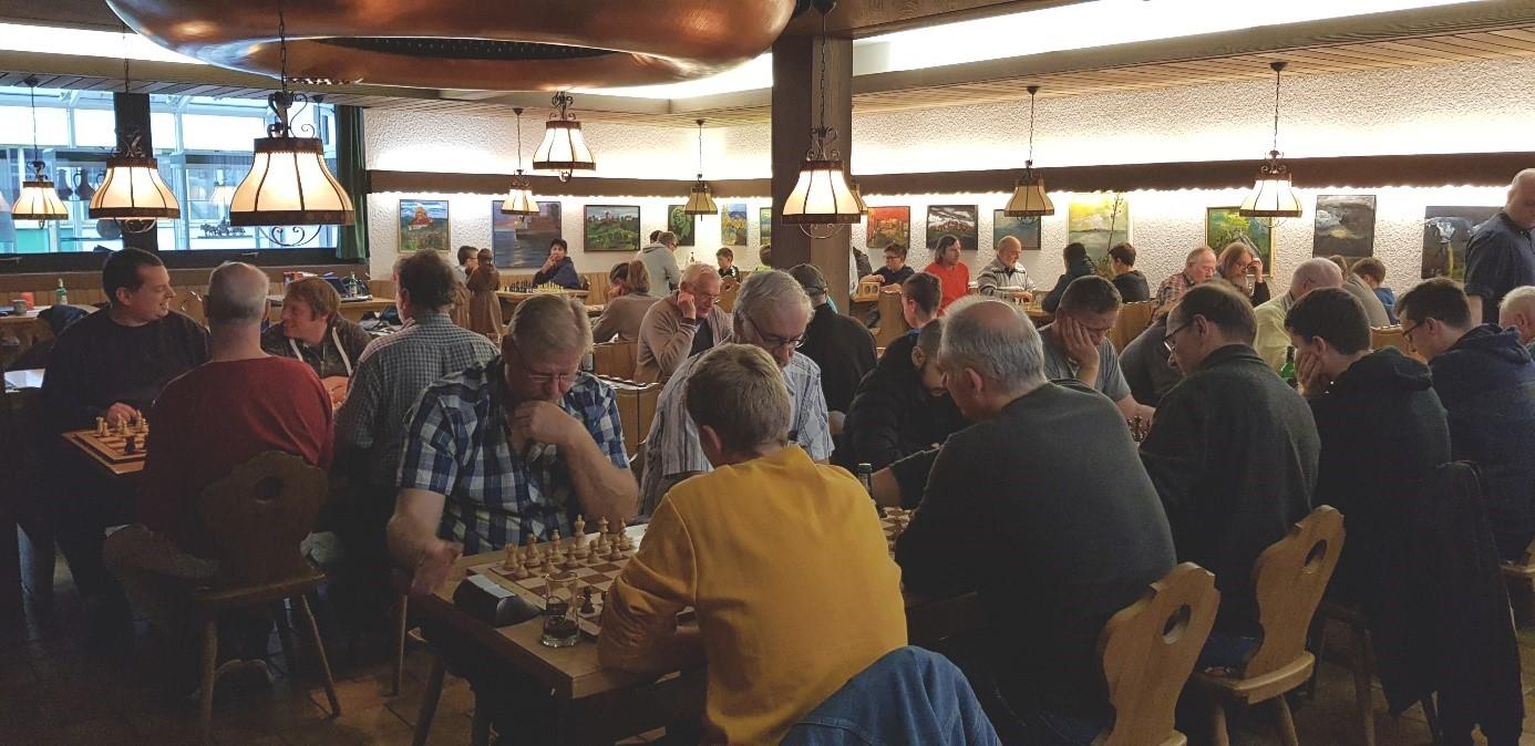 Dicht besetzter Turniersaal im Bräustübl der Privatbrauerei Bischoff