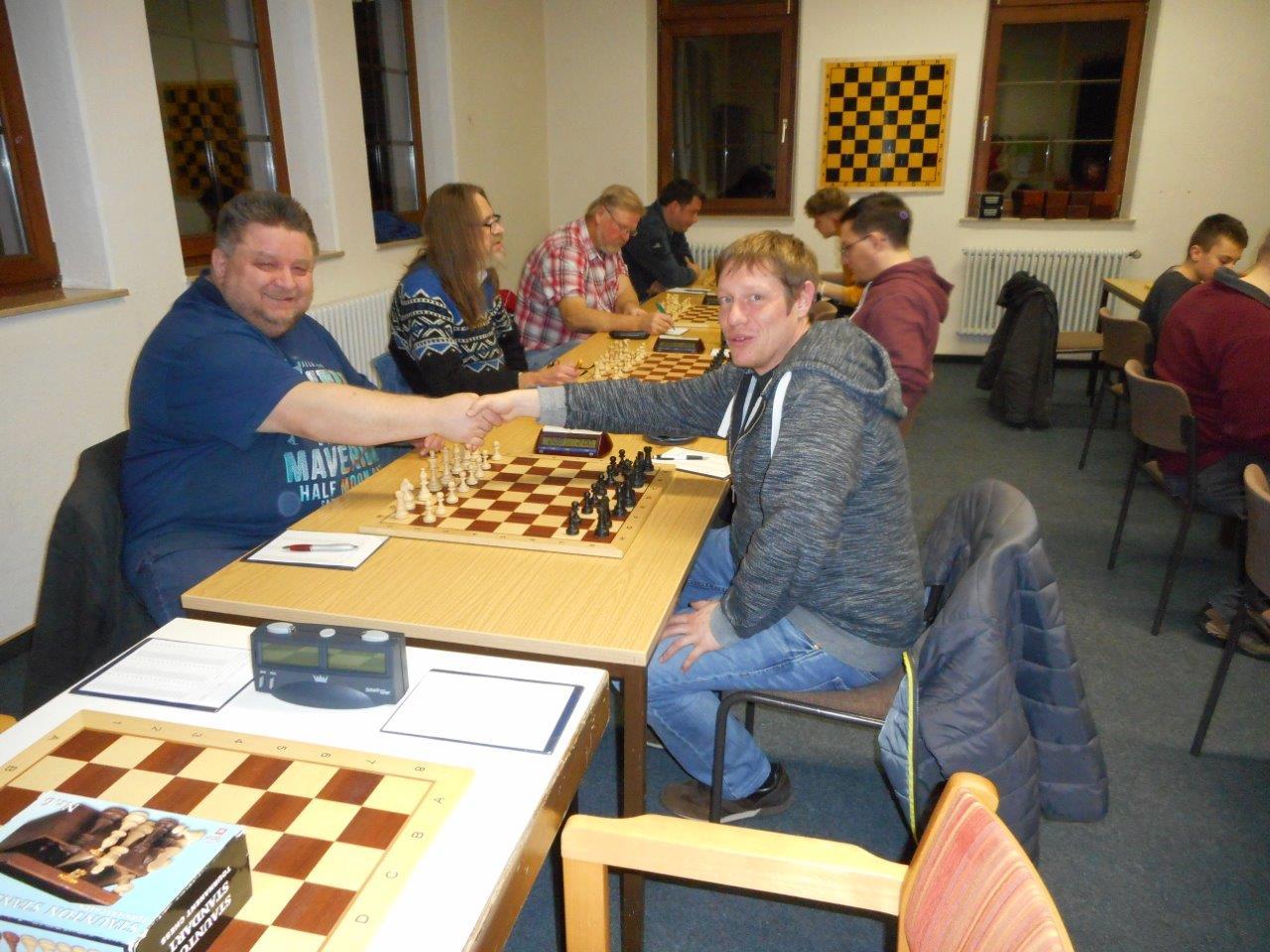 Der amtierende Bezirksmeister Johann Brittner startet in die Meisterschaft mit Weiß gegen Michael Blenk (Foto: Otto Jung)