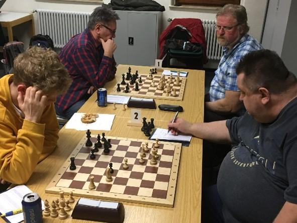 Dicht Die Duelle der letzten Runde: Klaus Schimmelpfennig und Johann Brittner mit Weiß gegen Klaus Kuschmann und Ole Brunck. (Foto: Leonhardt)